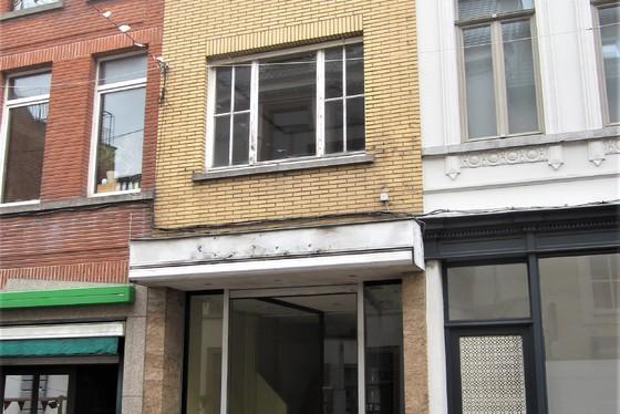 ZAT. 22/9 – 1ste  BEZOEKDAG OP AFSPRAAK 0488/85.81.84 Goed gelegen op te frissen winkelruimte met woonst in het centrum van Zottegem.
