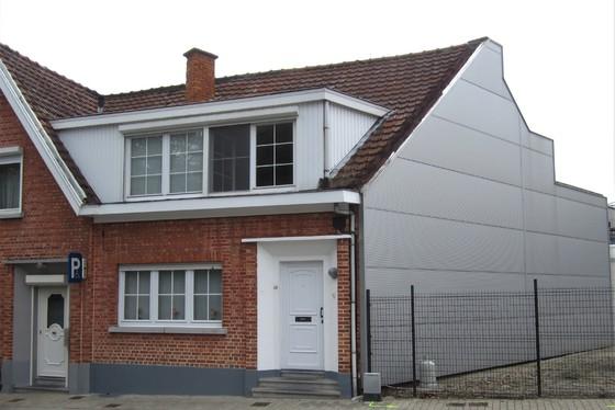 VRIJDAG 28/9 - 1 STE BEZOEKAVOND OP AFSPRAAK 0488/85.81.84 Mooi gerenoveerde woning v 2008-16 met koer 6m² en terras 17m².