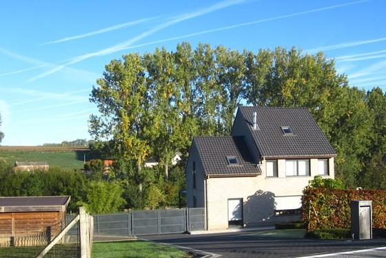 ZAT.20/10 - 1 STE BEZOEKDAG OP AFSPRAAK 0488/85.81.84 Charmante open bebouwing v 2003 op 2024m² met garage, terras, carport en grote tuin.
