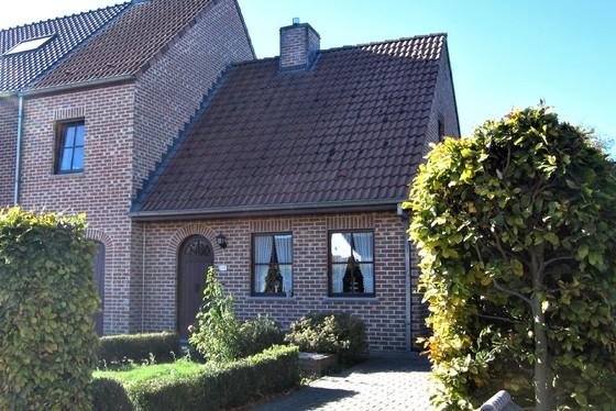 ZAT.27/10 - 1 STE BEZOEKDAG OP AFSPRAAK 0488/85.81.84 Charmante halfopen bebouwing v 2003 op 1190m² met garage, terras en grote tuin.