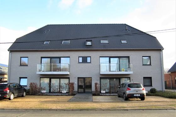 BEZOEK OP AFSPRAAK 0488/85.81.84 Prachtig gelijkvloers appartement 82m² van 2015, met 2 zonnige terrassen, garage en staanplaats.