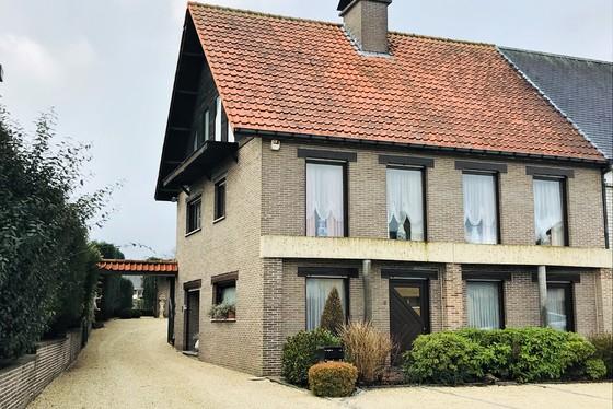 ZAT 16/2 1ste BEZOEKDAG OP AFSPRAAK 0488/85.81.84 Charmante halfopen bebouwing op 889m² met zonnige tuin, overdekt terras en grote garage.