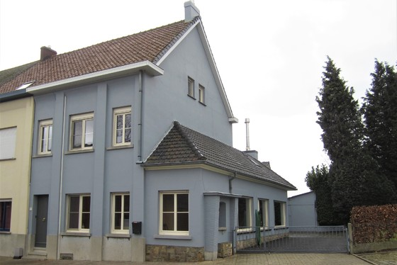 BEZOEK OP AFSPRAAK 0488/85.81.84 Mooi gerenoveerde woning op 1212m² met zuidgerichte tuin en zonnepanelen.