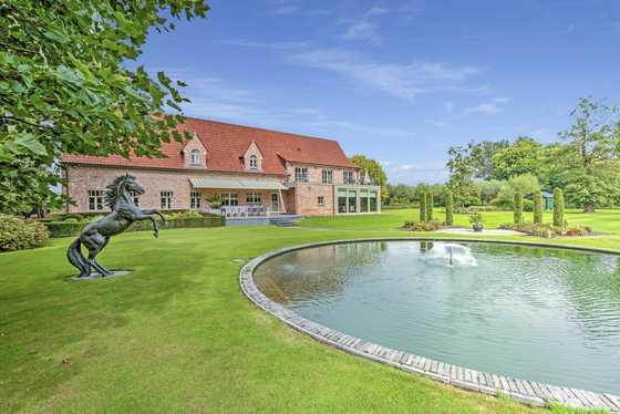 BEZOEK OP AFSPRAAK 0488.85.81.84 Exclusief landhuis gelegen op een prachtig domein van 34.704m² met mooie aangelegde tuinen en weiden!  GENIET NU NOG VAN DE WOONBONUS !!