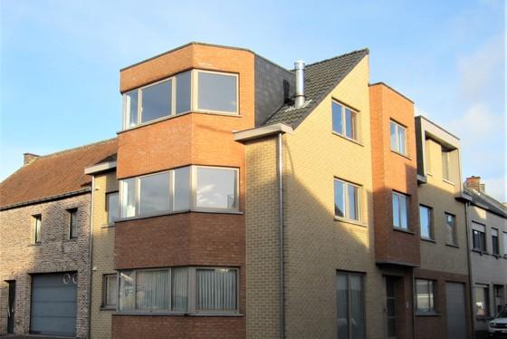 ZAT 23/3 – 1ste BEZOEKDAG OP AFSPRAAK 0488/85.81.84 Prachtig appartement 107m² van 2006, met terras en staanplaats.