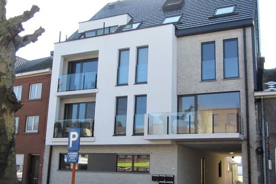ZAT 30/3 – 1ste BEZOEKDAG OP AFSPRAAK 0488/85.81.84 Prachtig nieuwbouw-duplexappartement van 110m² met twee terrassen en staanplaats