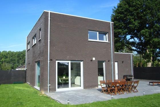 ZAT 1/6 – 1STE BEZOEKDAG OP AFSPRAAK. 0488/85.81.84 Prachtige moderne nieuwbouwwoning van 2017, open bebouwing gelegen in een rustige residentiële wijk.