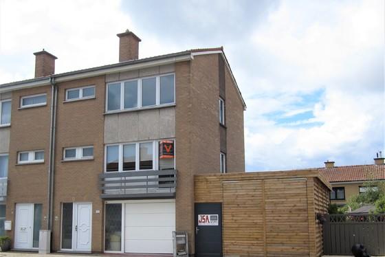 ZAT 8/6 - 1ste BEZOEKDAG OP AFSPRAAK 0488/85.81.84 Charmante bel-etage woning, half open bebouwing met aangelegd terras. Residentiele ligging in een rustige buurt.