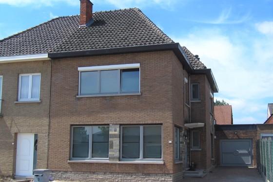 VRIJDAG 7/6 - 1ste BEZOEKAVOND OP AFSPRAAK 0488/85.81.84 Prachtig gerenoveerde woning, half open bebouwing met zonnige tuin en garage.