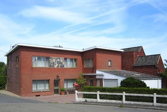 BEZOEK OP AFSPRAAK 0488/85.81.84 Charmante woning op 514m² met tuin, garage en bijgebouw. Zeer rustig en landelijke ligging.
