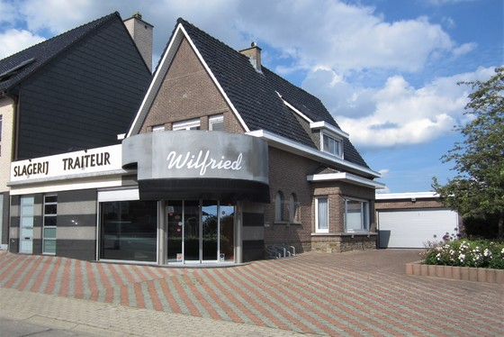 DOND.13/6 - 1ste BEZOEKDAG OP AFSPRAAK 0488/85.81.84 Prachtige winkelruimte voor beenhouwerij v 2001 met woonst op 1074m², 3 garages, ruim terras, grote tuin en aangelegde oprit.