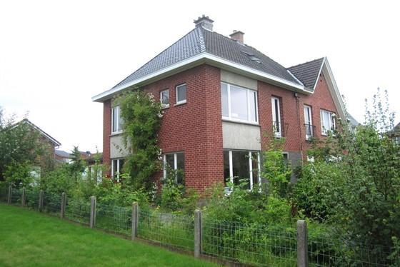 ZAT 15/6 - 1ste BEZOEKDAG OP AFSPRAAK 0488/85.81.84 Charmante woning, half open bebouwing op 708m² met zuid gerichte tuin en garage. Landelijk gelegen in een rustig straatje.