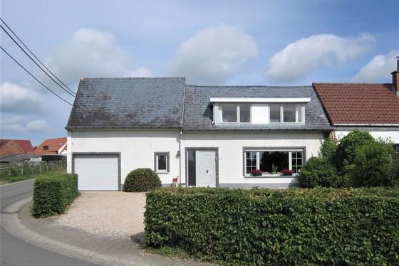 ZAT 22/6 - 1ste BEZOEKDAG OP AFSPRAAK 0488/85.81.84 Charmant instapklaar hoevetje in het hartje van de Vlaamse Ardennen op 7287m² met tuin, garage en weilanden.