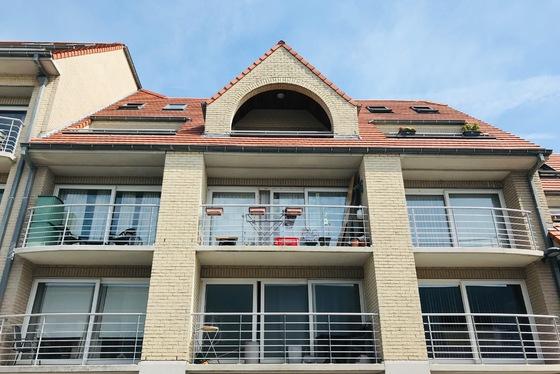 """BEZOEK OP AFSPRAAK 0496 273 667Stijlvolle duplex penthouse (bouwj. 2005) van 79m² in Residentie """"Het Vijfde Seizoen II """" op 1.2 km van het strand."""