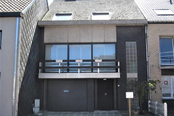VRIJDAG. 9/8 - BEZOEKAVOND OP AFSPRAAK 0488/85.81.84 Charmante bel etage op 187m² met twee zonnige terrassen en garage.