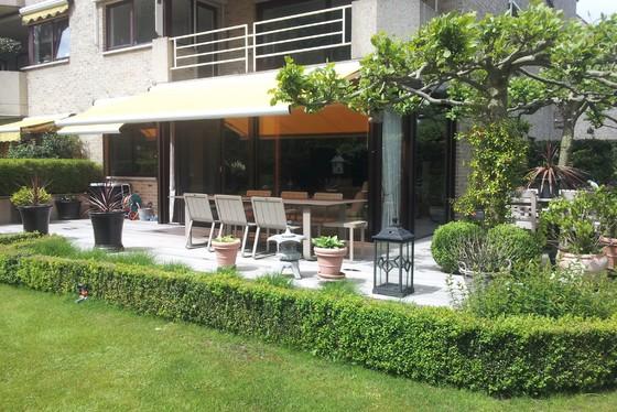 BEZOEK OP AFSPRAAK 0488/85.81.84 Prachtig gelijkvloers appartement van 130m² met zonnig terras 60m² en aangelegde tuin 215m².