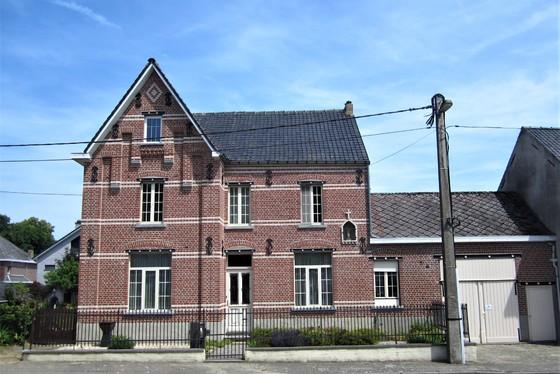WOENSDAG 7/8 - 1ste BEZOEKAVOND OP AFSPRAAK 0488/85.81.84 Karaktervolle herenwoning op ongeveer 530m² met tuin, terras en garage.