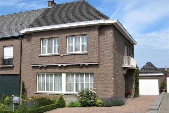 ZAT 31/8 - 1ste BEZOEKDAG OP AFSPRAAK 0488/85.81.84 Charmante woning, half open bebouwing op 716m² met prachtig aangelegde tuin, vijver en garage.