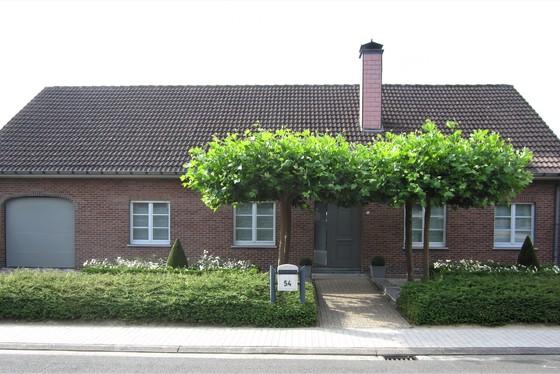 ZAT 31/8 - 1STE BEZOEKDAG OP AFSPRAAK 0488.85.81.84 Charmante villa op 741m² met een mooi aangelegde tuin, voortuin en terras.  Landelijk gelegen in een rustige straat.