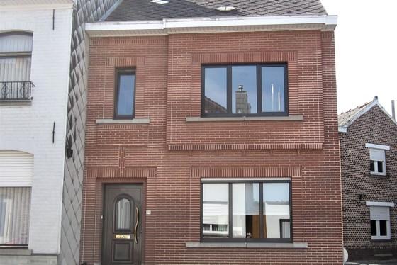 ZAT 7/9 - 1ste BEZOEKDAG OP AFSPRAAK 0488/85.81.84 Charmante woning op 436m² met zonnige tuin en twee aangelegde terrassen.