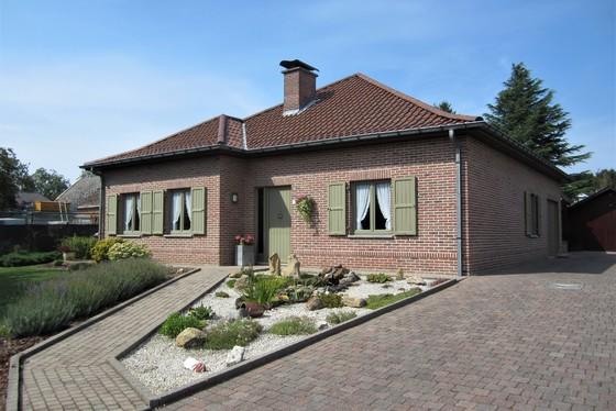 VRIJDAG 13/9 - 1STE BEZOEKAVOND OP AFSPRAAK 0488.85.81.84 Charmante villa op 949m² met mooi aangelegde tuin en zonnepanelen !! Gelegen in een rustig doodlopend straatje.