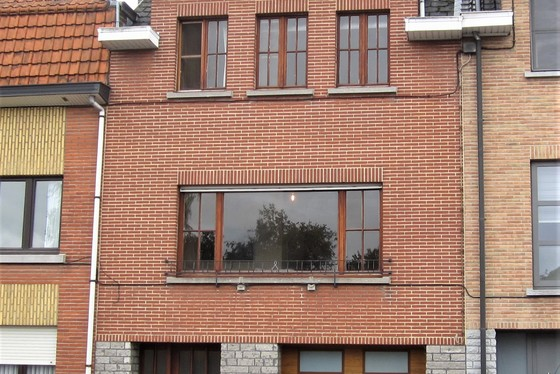 ZAT 12/10 - 1ste BEZOEKDAG OP AFSPRAAK 0488/85.81.84 Charmante bel-etage woning op 152m² met garage, aangelegd terras en tuin.