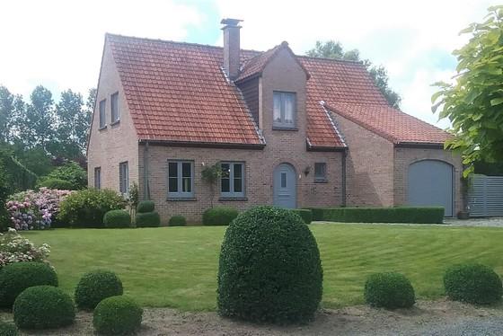 ZAT 16/11 - 1STE BEZOEKDAG OP AFSPRAAK 0488.85.81.84 Charmante villa op 1427m² met mooi aangelegde zuid gerichte tuin en landelijk uitzicht !!