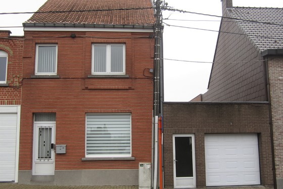 Charmante woning op 957m² met dubbele garage, zonnig terras en aangelegde zuid gerichte tuin.