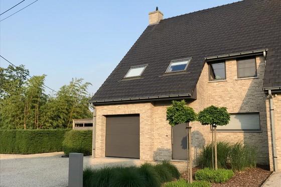 Prachtige duurzame afgewerkte half open bebouwing van 2010 op 562m² met zuidgerichte tuin.