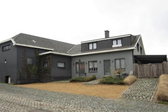 Ruime woning op 799m² met tal van commerciële mogelijkheden. Landelijk gelegen in een rustige straat.