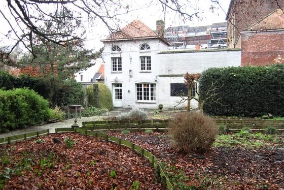 """Prachtig gerenoveerd pand van 2004 met grote zuidgerichte tuin, terrassen en vijver. Voormalige horecazaak """"De Verborgen Tuin""""."""