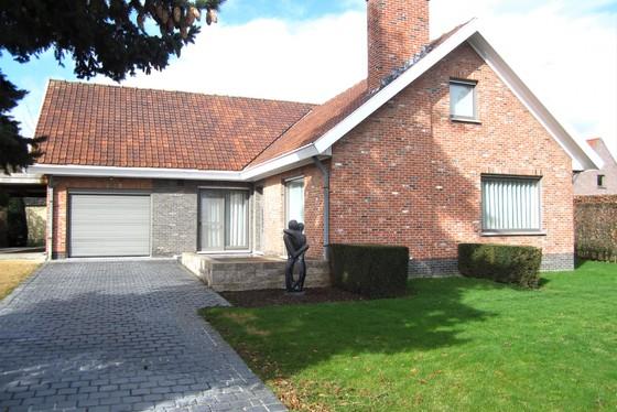 Charmante villa op 966m² met mooie tuin, terrassen en carport.
