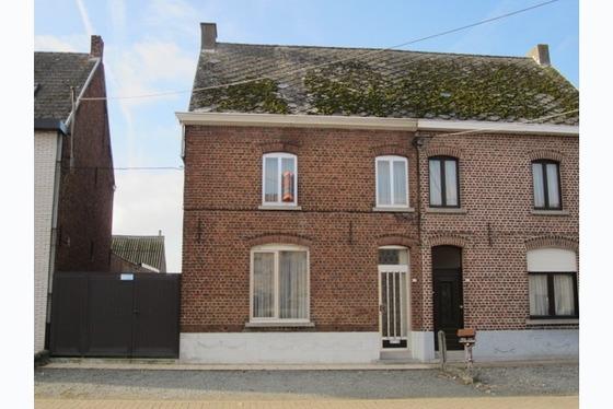 Te renoveren woning met living van 16m² en woonplaats van 14m². Geen verwarmingsinstallatie. Keuke...