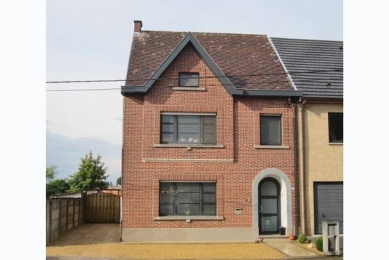 VERKOCHT 1 STE BEZOEKDAG Gerenoveerde woning op 543 m² met zonnig terras en tuin. Via de inkomhal k...