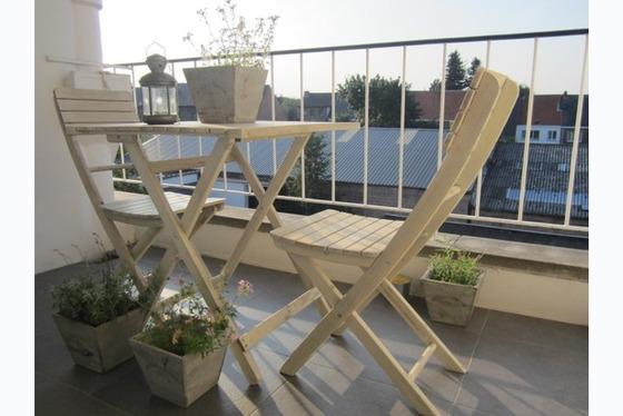 VERKOCHT !! Prachtig gerenoveerd 2 slaapkamer-appartement gelegen op topligging nabij E40. De gezell...