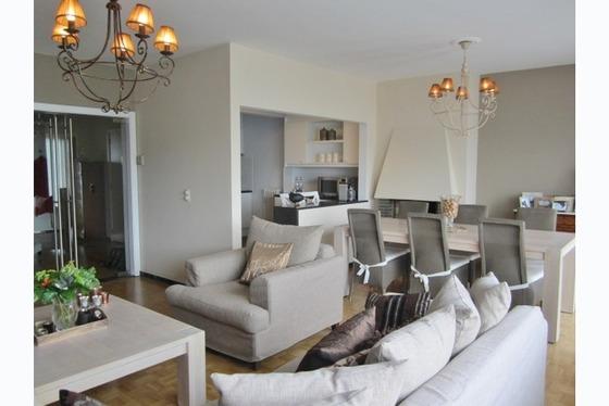 Prachtig gerenoveerd 2 slaapkamer-appartement gelegen op topligging nabij E40. De gezellige living s...