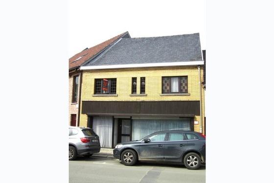 In het hartje van Sint Lievens Houtem ligt deze goed onderhouden ruime woning. Vooraan bevindt zich ...