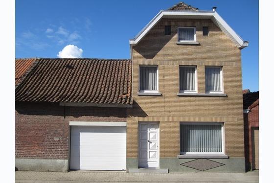 VERKOCHT OP 1ste BEZOEKDAG !!! Charmante woning op 529m² met zonnige tuin en garage. Gezellige livi...