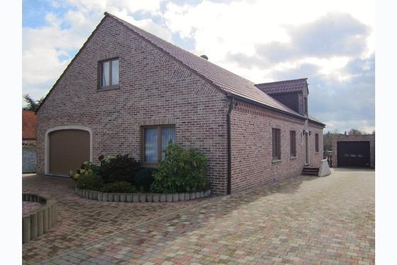 VERKOCHT !!! Prachtige villa van 1993 op 1210m² met mooie tuin . Langs de ruime inkomhal komen we i...