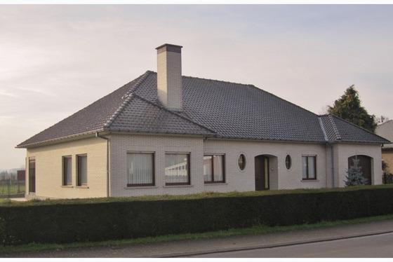 VERKOCHT !!! Charmante villa op 960m² in het hartje van de Vlaamse Ardennen . Mooie grote tuin met ...