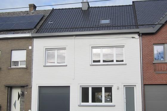 Prachtig gerenoveerde woning op 486m² met garage, aangelegd terras en zonnige tuin.