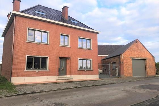 Prachtig gerenoveerd landhuis op 1650m² met garage en bijgebouw!