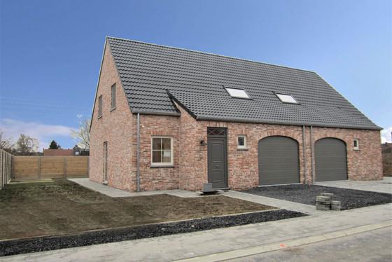 Prachtige nieuwbouwwoning van 2020 met garage, aangelegd terras, pleintjes en zonnige tuin.