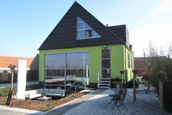 Prachtige villa van 2010 op 1392m² met mooie aangelegde tuinen, oprit, terrassen en lounge!