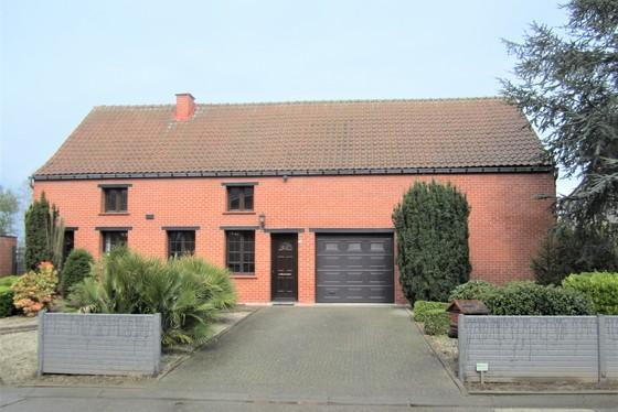 Prachtig te renoveren hoeve op 2920m² met zuidgerichte tuin, terrassen en twee garages!