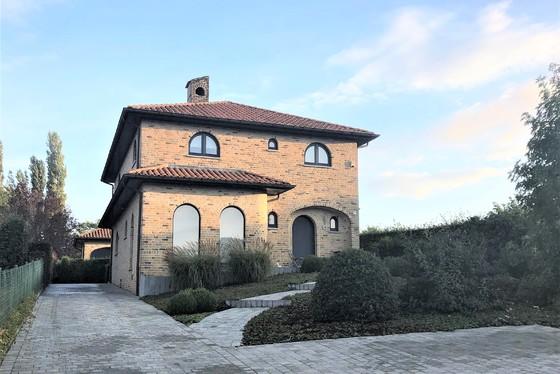 Prachtige villa van 2002 op 1583m² met mooie aangelegde tuin, oprit, terras en vijver!