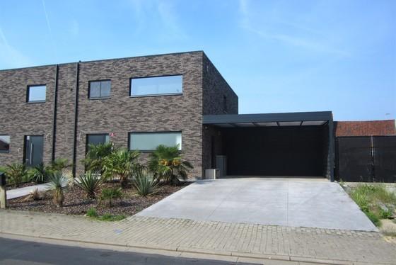 Prachtige nieuwbouwwoning van 2018 op 595m² met zonnige tuin, aangelegde terrassen en carport van 30m².