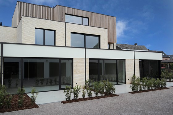 Prachtig nieuwbouwappartement v 102m², zuidgericht terras, tuintje 24m², garage, staanplaats en lift.