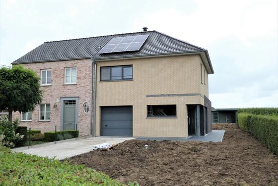 Prachtige nieuwbouw van 2007 op 738m² met mooie aangelegde tuin, terras en garage!