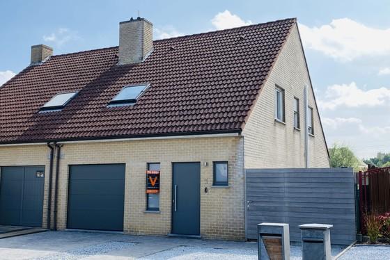 Prachtige halfopen bebouwing met mooie aangelegde tuin, terrassen en garage!